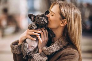 Vrouw houdt Franse Bulldog vast