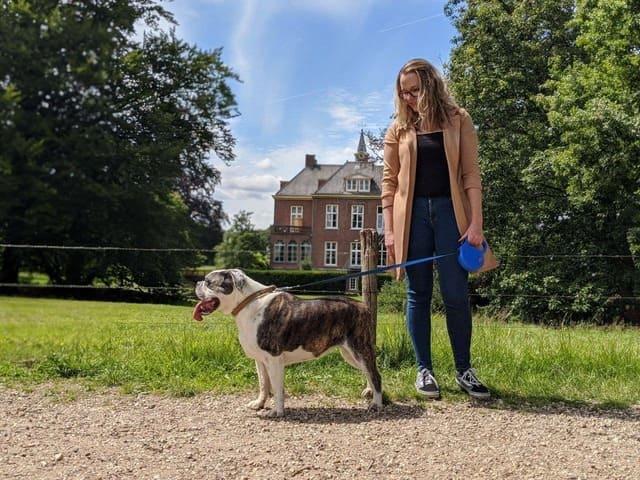 Anita van Doggy Time Hondenuitlaatservice Ede met Amy bij een kasteel