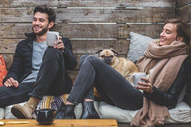 Man en vrouw genieten onbezorgd van verzekerde hond na hondenverzekering afsluiten